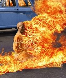 monaco che si da fuoco