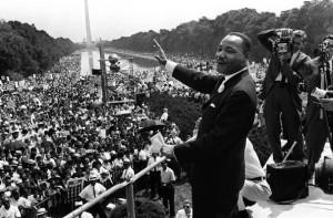 Martin Luther King davanti alla folla radunata al Lincoln Memorial di Washington (AFP/Getty Images)