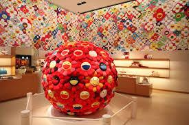 Takashi Murakami dntro un negozio di Luis Vitton