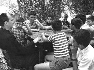 Don Milano a Barbiana con un gruppo di classe