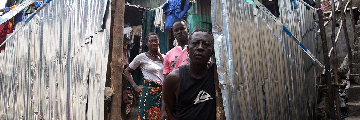 Una famiglia in una bidonville in Sierra Leone (foto ONU/Martine Perret)