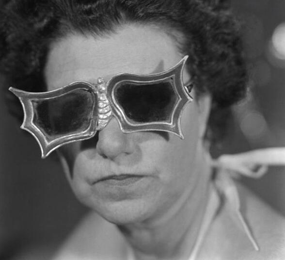 Peggy-Guggenheim-con-gli-occhiali-a-forma-di-farfalla-creati-per-lei-da-Edward-Melcarth-1949